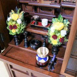 下段に置かれた五具足(花立2個、ローソク立て2個、線香立て1個)中段に置かれた仏器(ごはん)湯呑み、長手膳、高月(供え物台)スライド式仏具板(膳引き)に置かれたおりんセット